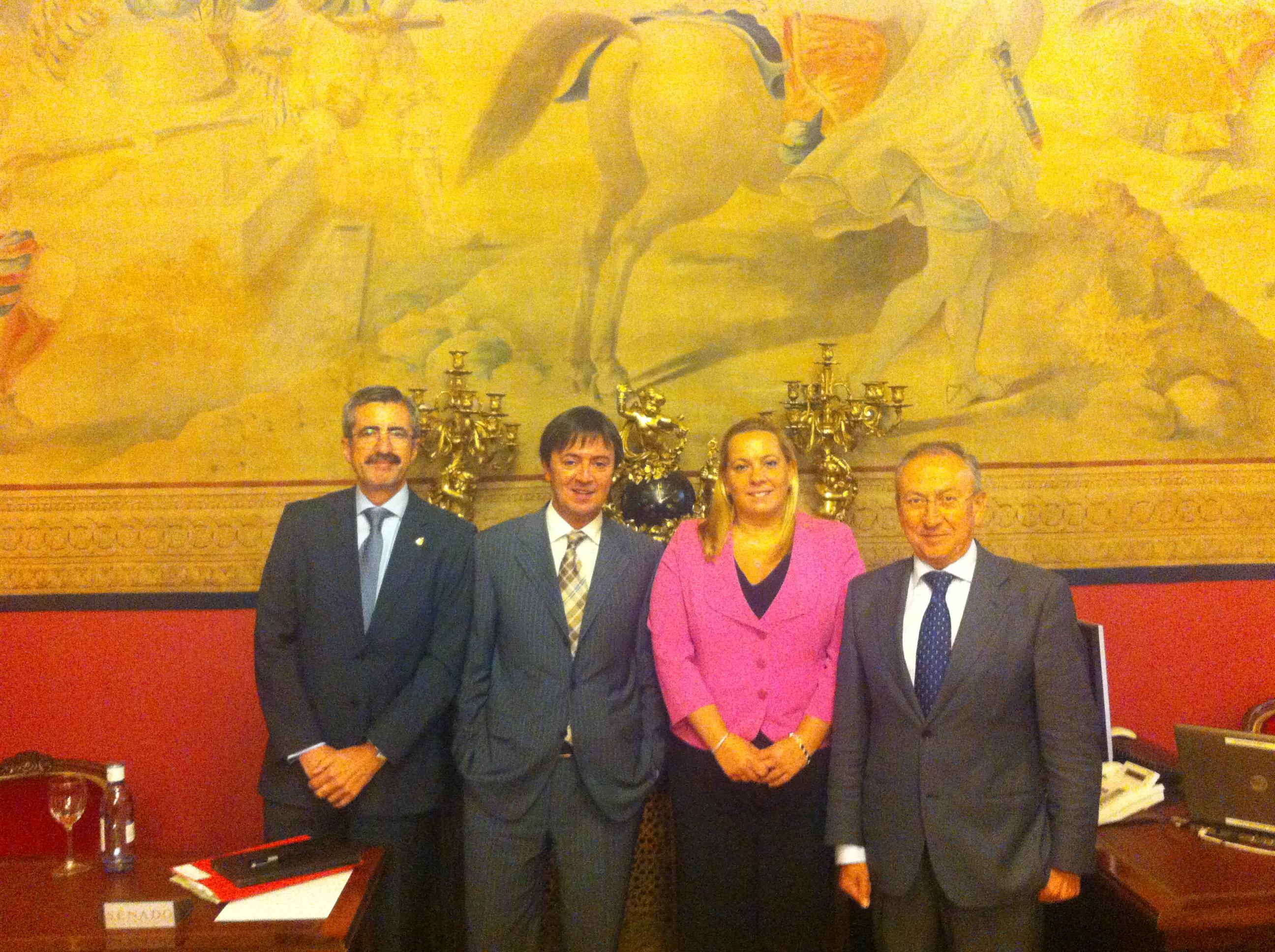 Jorge Flores Fernández junto con algunos Senadores tras la comparecencia