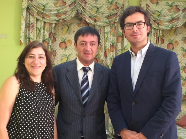 Ricardo Carvalho, Presidente Ejecutivo de FdJ y Jorge Flores, Director de PantallasAmigas tras la firma del acuerdo, en compañía de Paula Cardoso, Gestora de Proyectos
