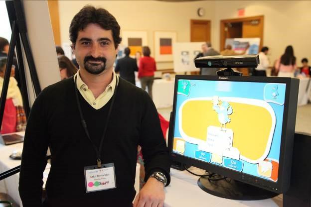 Durante la demostración del juego Peter y Twitter por la ciberconvivenci...