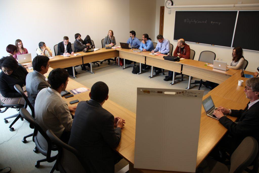 Moderación del debate sobre privacidad e identidad preparado junto con M...