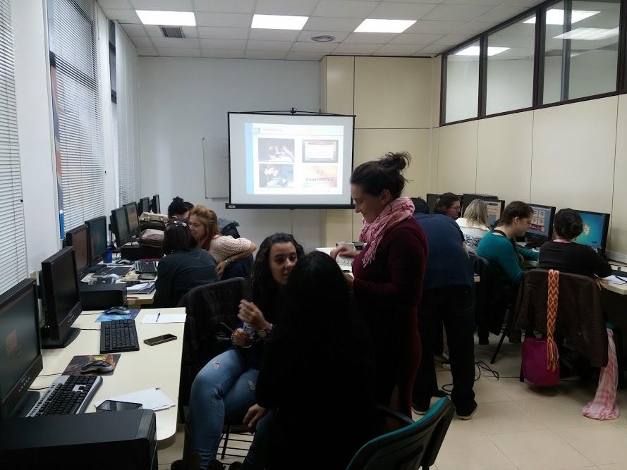 Alumnas del curso colaboran para resolver las preguntas del videojuego sobre seguridad y privacidad SmartPrivial