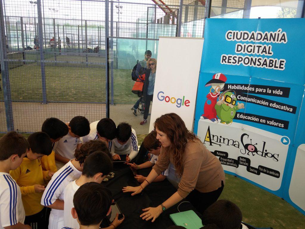 Arrate Emaldi, psicóloga de PantallasAmigas, dinamiza una de las sesiones con el videojuego SmartPrivial