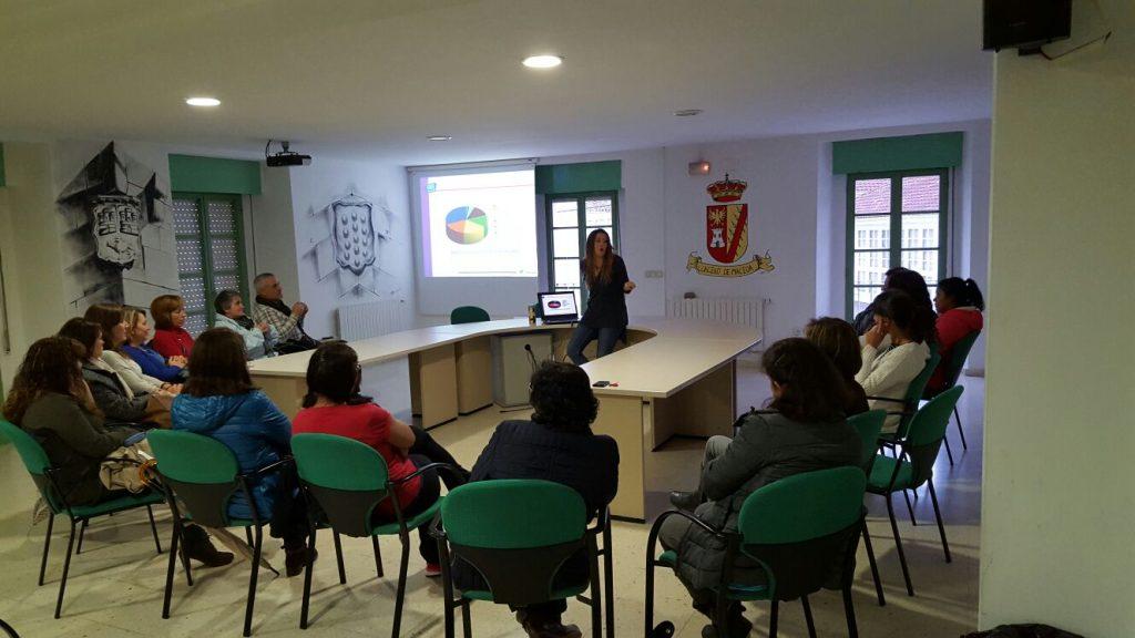 Arrate Emaldi, psicóloga de PantallasAmigas y responsable del proyecto, interviniendo con un grupo de madres y padres en el Ayuntamiento de Maceda (Ourense)