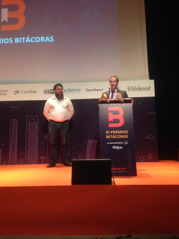 Francisco Pérez Bes Secretario General del INCIBE, recogiendo el premio que recayó en el blog de OSI