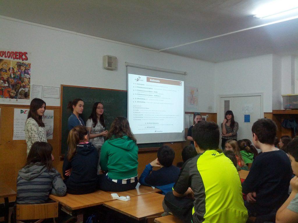 Grupo de cibermanagers enseña sobre seguridad en Internet a alumnado de primaria - PantalasAmigas